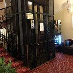 La cage d'ascenseur vintage mais trop étroite pour les poussettes et la salle à manger très corr