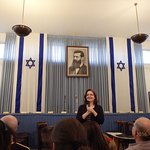 The lady explaining how the independance of the Nation of Israel happened..