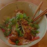 Nudelgericht: Schweinespieße in Reisnudeln
