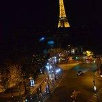 Magnífica vista nocturna de la Torre Eiffel desde la habitación