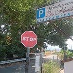 el único cartel, a pie de carretera a la entrada del parking
