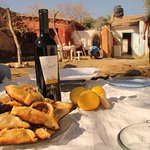 Compartiendo empanadas árabes y vino de la región