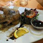 Confit de pato con salsa de frutos rojos
