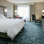 Coralville Radisson King Guestroom