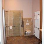 großzügiges Badezimmer (behindertengerecht)