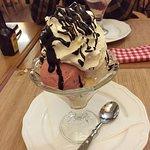 Copa de helado de postre, mejor para compartir, es enorme!