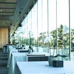 El salón comedor, con una enorme cristalera para que todas las mesas disfruten de las vistas. (211003079)