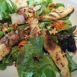 Plat du jour, salade de poulet pané et de parmesan