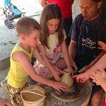 A közeli fazekasműhelyben kézműveskedtek a gyerekek, vázát készítettek.