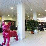 espace hall d'entrée avec la mascotte de l'hôtel