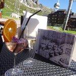 cocktails aux pétales de fleurs, vue sur les sommets.