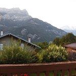 Vista de las montañas de Sallanches con el Mont Blan al fondo al amanecer