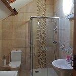 Slechts 1 badkamer voor 3 koppels