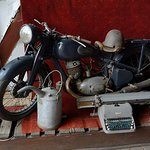 Motocykl, bańka na paliwo... i maszyna do pisania