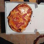 Pizza faisant max 15cm et pas du tout garnie. Lorsque j'ai dis que la pizza était petite, la se