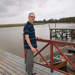 mi esposo disfrutando de la vista ,ama pescar ,y justo estaban bajando los peces y los cangrejos