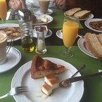 Los desayunos ... frisuelos, tostadas, pastel de queso, bizcocho casero ... nyam!
