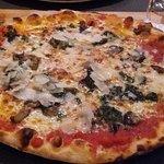 Pizza aux aubergines et copeaux de parmesan