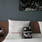 Zimmer mit schönen Kissen und dem süßen Schlafmonster
