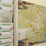 Karte mit Tipps für Wanderrouten im Flur des Hotels