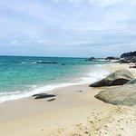 Resto de plage en bord de mer. Plage en pente donc transats en pente ... Personnellement, ça ne