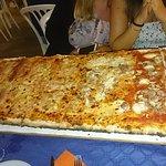 Una teglia di pizza
