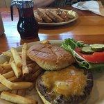Moose-Burger mit Pommer und Frenchtoast (im Hintergrund)