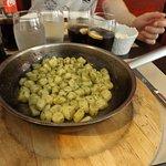 Gnocchis maison au pistou servi dans une poele