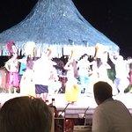 Danzas tradicionales durante la comida en Te Tiare.