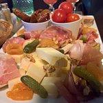 assiette de Tapas composée de Charcuterie locale, de fromages locaux et différentes petites chos