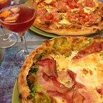 Eau gazeuse à la sangria, pizza Popeye (en bas) et pizza Tartufata