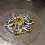 Filets d'anchois frais sur salade de pomme de terre tiède, une excellente entrée de saison