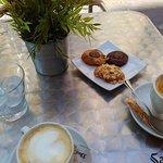 Café con leche y minicookies.