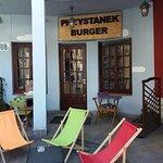 Leżaki przed Smack Burgerem (obecnie Przystanek Burger)