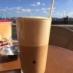 Café con leche helado. Delicioso.