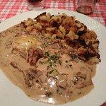 escalope de veau à la crème, aux champignons et au munster avec des pommes de terre rôties