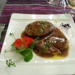 Pied de Porc désossé farci avec escalopes de foie gras poêlées