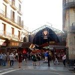 """Le plus célèbre marché """"La Boqueria"""" en diagonale avec notre hôtel"""