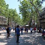 En face de l'hôtel : une rue, un immense terre-plein où les gens déambulent et encore une rue.