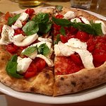 Pizza e focaccia caprese e bruschetta pomodoro e mozzarella