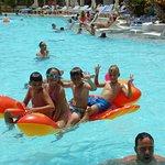 En una de las muchas piscinas: Uno de mis hijos con los amigos que hecho a lo largo de estos 8 a