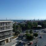 Desde a sacada do apartamento, vista para o porto (centro e direita) e para o Forum (esquerda, e