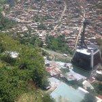 En el metro cable, vista de las casas de los cerros y bosques.