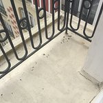 Balcon très sale cigarette au sol