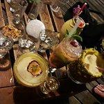 A gauche, que des produits du jardin y compris l'absinthe, à droite dans l'ananas c'est sans alc