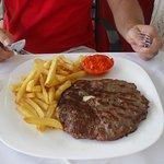 Hamburger nadziewany serem i szynką