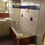 la salle de bain (avec les WC)