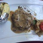 Foie gras maison à la figue : un délice.  Filet de boeuf sauce au poivre, poêlée de légumes et p