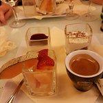 Café gourmand : salade de fruits, tiramisu, panacotta + café