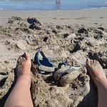 Playa de arena pero con algunas pedretas y escalón en el agua